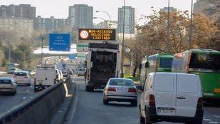 Panel de tráfico con el aviso de la limitación de velocidad