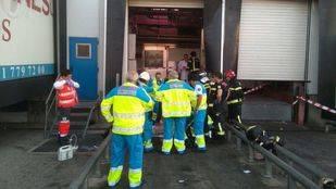 Fallece atrapado por el elevador de un camión