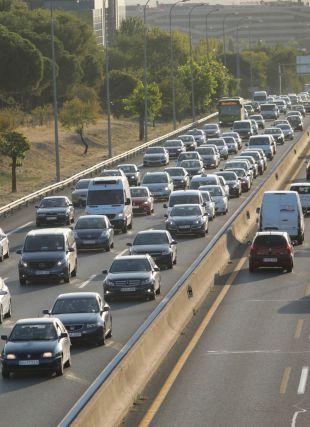 Retenciones de tráfico por la vuelta del puente del Pilar