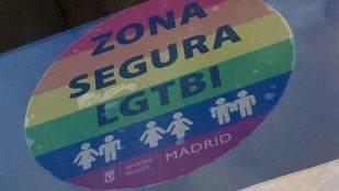 Pegatina arcoíris 'Zona Segura LGTBI' en un comercio de Madrid.