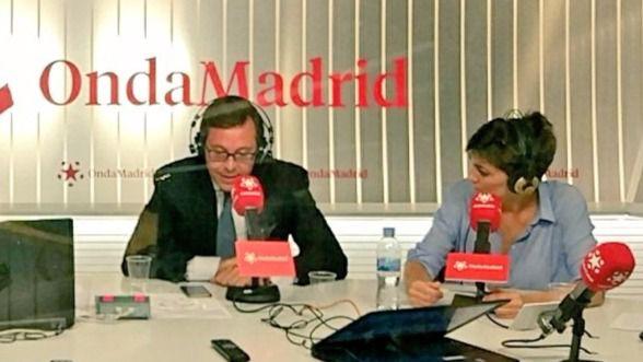 Enrique Serrano y Lorena Ruiz-Huerta ante los micrófonos de Onda Madrid.