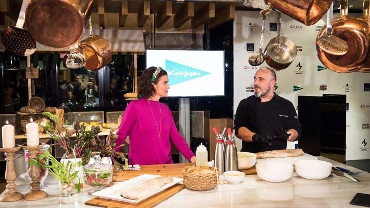 Los chefs Samanta Vallejo-Nájera y Lauris Aleksejevs en un showcooking de cocina Letonia.