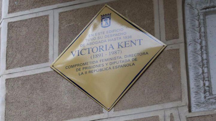 Carmena descubre la nueva placa en memoria de Victoria Kent.