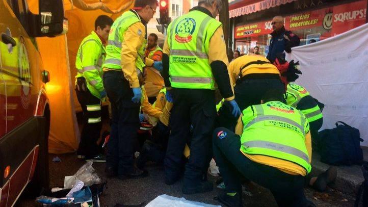 Efectivos del Samur atienden a la mujer atropellada en Chamberí