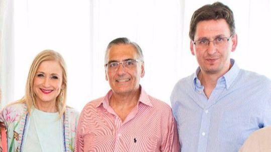 El alcalde de Guadalix, Ángel García Yuste (segundo por la derecha), junto a sus concejales y la presidenta regional, Cristina Cifuentes. (Archivo)
