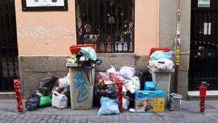 Basura acumulada en una calle de Madrid. (Archivo)