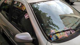 Los vecinos denuncian que los anuncios en los coches se llegan a acumular por decenas.