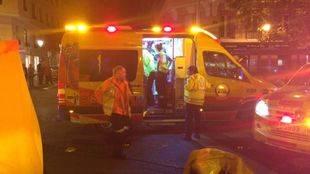 Los servicios de emergencias atienden al hombre atropellado