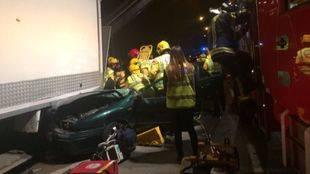 Los bomberos y el Samur asisten al joven que ha quedado atrapado en el vehículo tras impactar contra un camión aparcado en la Albufera