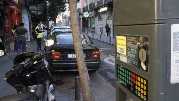 Foto de archivo de un parquímetro sin servicio durante otro episodio de contaminación en Madrid.