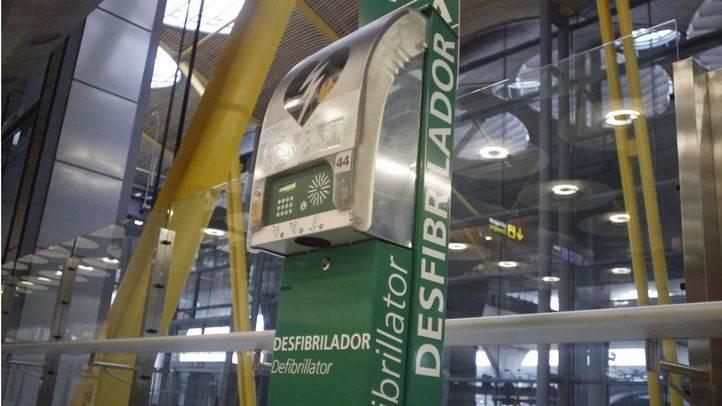 Desfibriladores en la terminal T4 del aeropuerto Adolfo Suárez-Madrid Barajas.