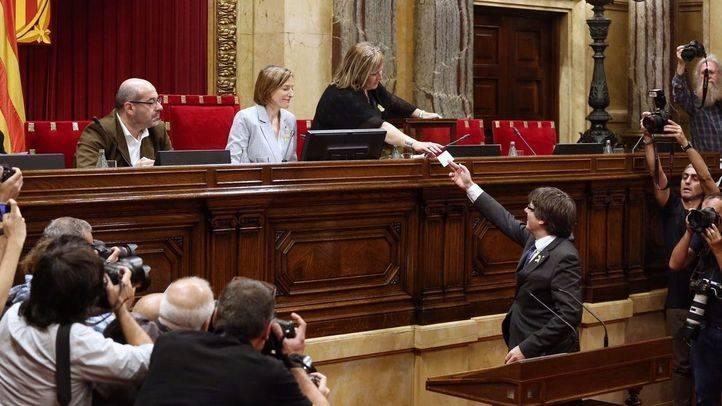 Carles Puigdemont vota la resolución que incluye la declaración de independencia catalana