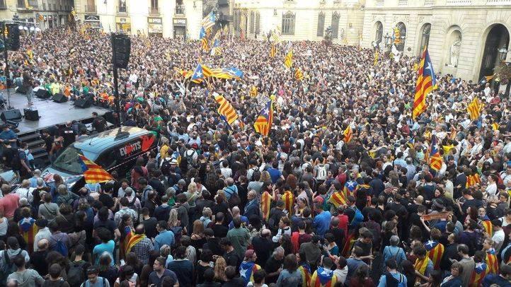 Centenares de personas celebran la independencia en la Plaza Sant Jaume.