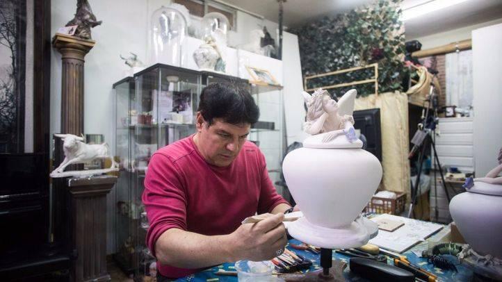 El escultor Óscar de Julián nos muestra su trabajo de esculturas bajo encargo de porcelana con cenizas de fallecidos.