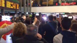 Un centenar de personas increpa a los miembros de la Mesa del Parlament que han llegado a Atocha