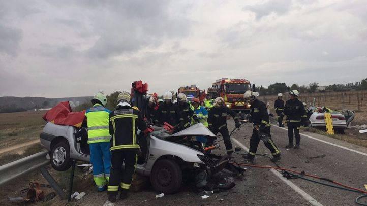 Los servicios de emergencia atienden a uno de los conductores involucrados en el choque frontal en la M-318 a la altura de Colmenar de Oreja