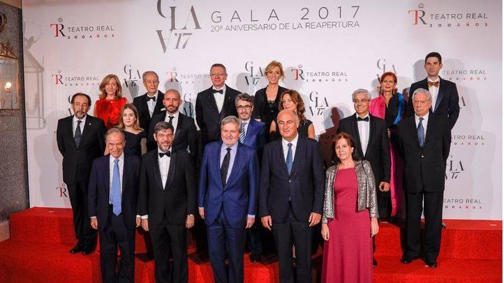 Foto de familia con el ministro de Educaión, Cultura y Deporte, Íñigo Méndez de Vigo, y el presidente del patronato del Teatro Real, Gregorio Marañon.