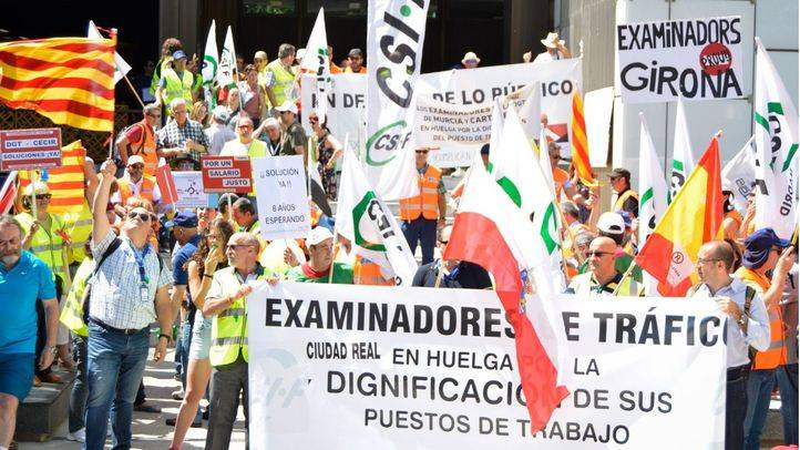 Concentración de los examinadores de tráfico en la jornada de huelga convocada en toda España para protestar por la