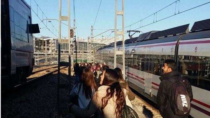 Pasajeros desalojados de un tren averiado de Renfe