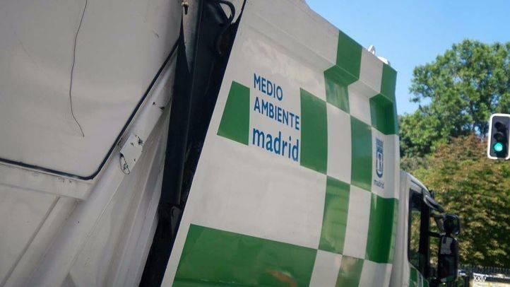 Camión recogida basuras (Medio ambiente) por las calles de Madrid