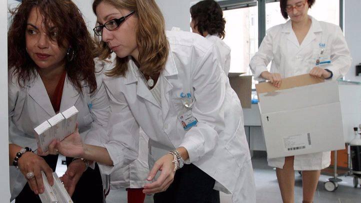 Doctoras preparando vacunas para la  campaña de la gripe .