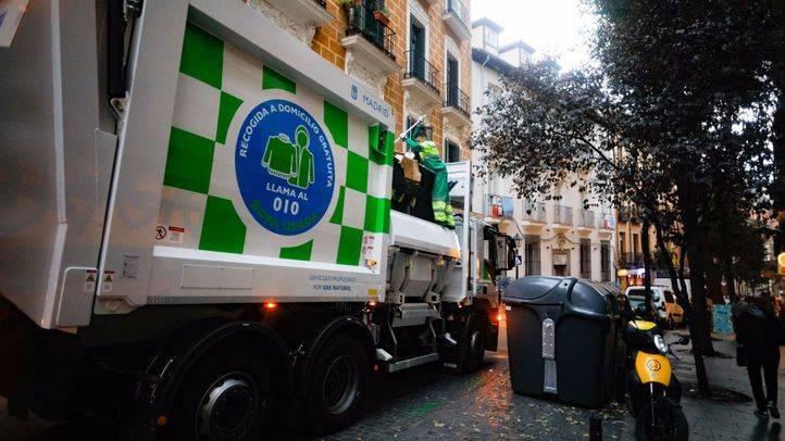 Camión de basuras con carga lateral en la calle Corredera Baja de San Pablo.