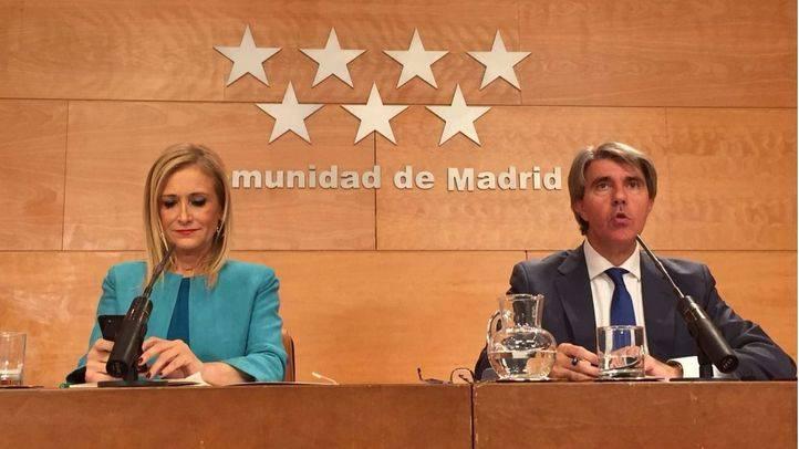 La presidenta Cristina Cifuentes, junto a su portavoz Ángel Garrido, este martes