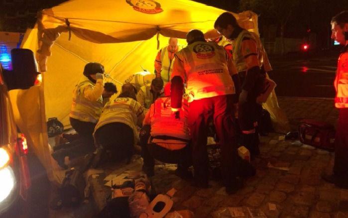 Los servicios de emergencias atienden al motorista herido tras el accidente