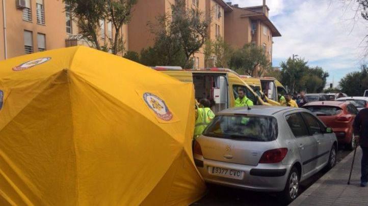 Los servicios de emergencias atienden a la mujer herida