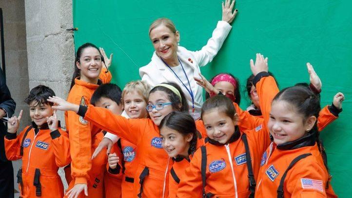 La presidenta de la Comunidad de Madrid, Cristina Cifuentes, ha visitado las actividades para colegios por la Semana de la Ciencia que se han desarrollado en la Real Casa de Correos.
