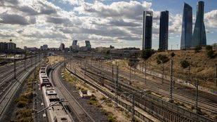 Vista de las vías de tren de la estación de Chamartín, las Cuatro torres y la torres Kio.