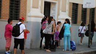 Niños y padres a la salida de un colegio