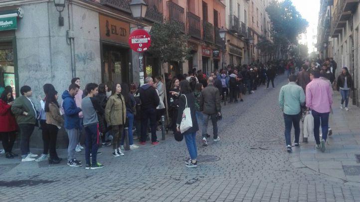 Madrileños haciendo cola para probar la experiencia de Stranger Things
