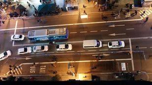 Corte de parte del tráfico de l aGran vía para ampliar las aceras para los peatones.