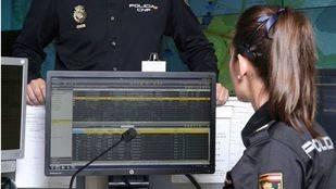 Agentes de la Policía Nacional tratando temas informáticos