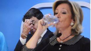 Ignacio González se rasca preocupado mientras Espranza Aguirre bebe en una rueda prensa del PP de Madrid