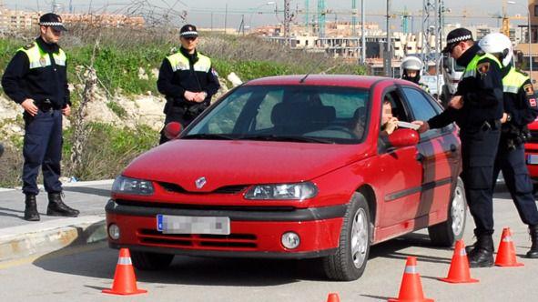Policía en un control de alcoholemia. (Archivo)