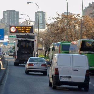 Panel de tráfico con el aviso de la prohibición de la circulación a los vehículos con matrícula par.