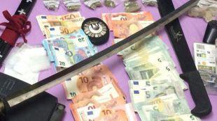 Droga, dinero y objetos requisados durante la detención