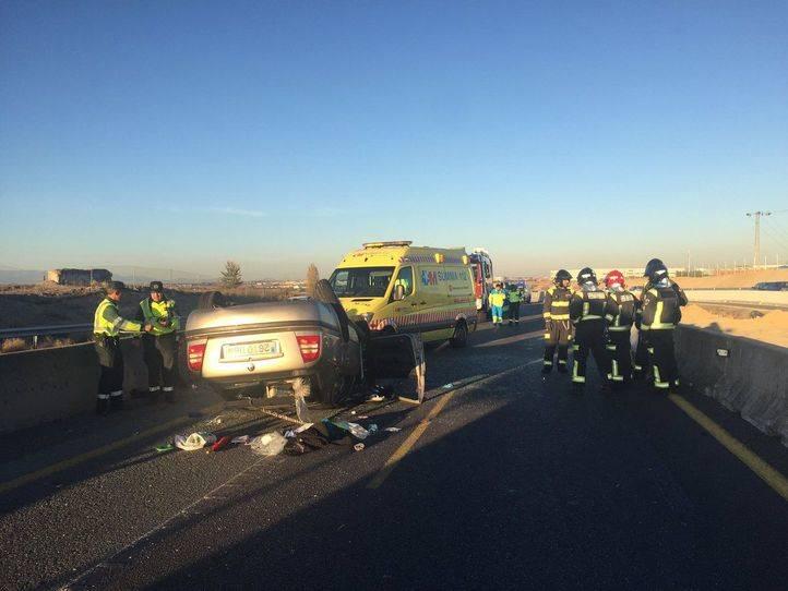 Dos heridos en el vuelco de su coche en la A5 en Móstoles