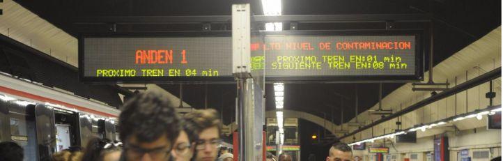 Cartel en la estación de Avenida América avisando de la alta contaminación y las restricciones al tráfico. (Archivo)