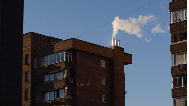 Humo de una chimenea de calefacción en un edificio en Conde de Casal.