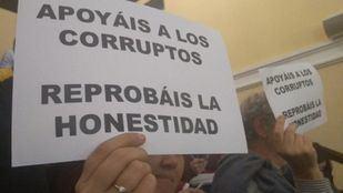 Carteles que han mostrado vecinos en el Pleno de Tetuán como muestra de apoyo a la concejala reprobada Monserrat Galcerán.