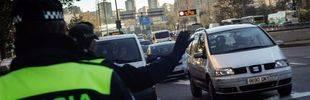 Un policía municipal para a un vehículo con matricula par.