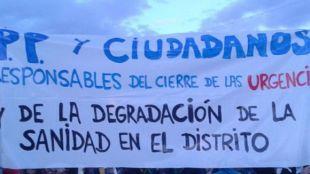 Vecinos de Barajas protestando por la ausencia de un centro de urgencias 24 horas.
