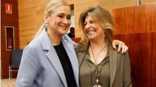 La presidenta de la Comunidad, Cristina Cifuentes, junto a la consejera de Economía y Hacienda, Engracia Hidalgo. (Archivo)