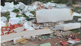 Material de construcción abandonado frente al barrio de Parque Henares