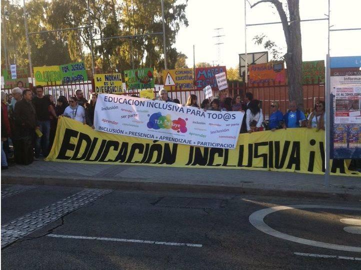 Concentración frente al CEIP Francisco de Quevedo de Leganés en apoyo a Adrián.