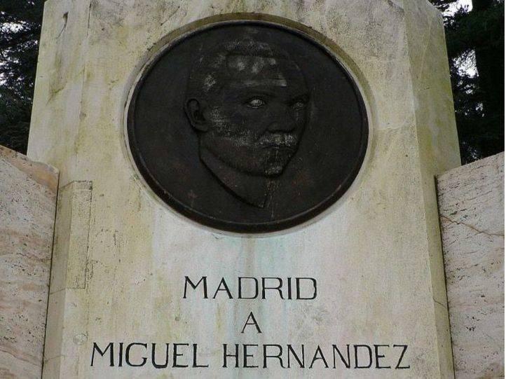 Música y lectura de textos frente a la estatua de Miguel Hernández
