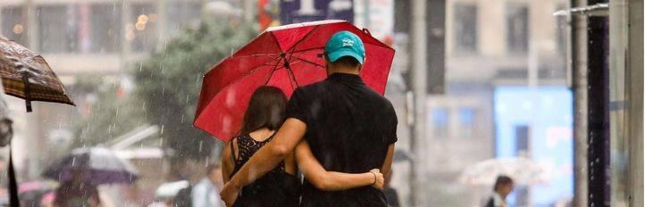 Viandantes con paraguas para protegerse de la lluvia en la Gran Vía. (Archivo)